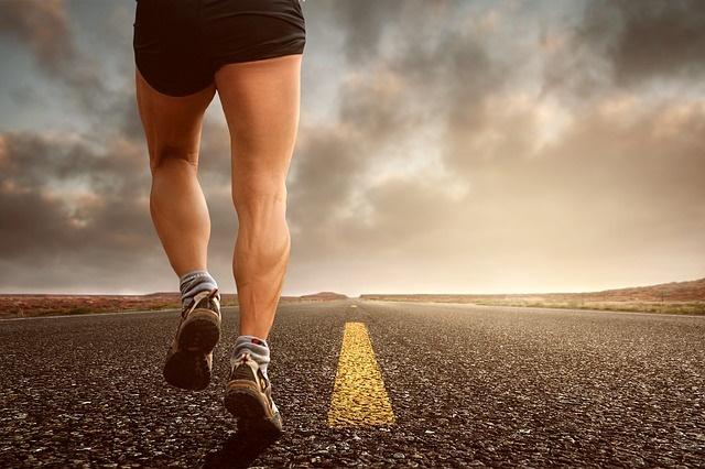 走る男性の足